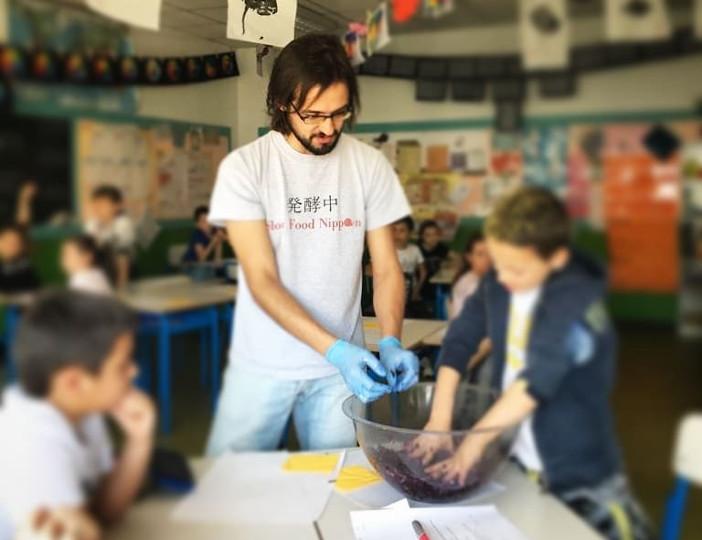 Filippo Civran in una lezione parte del lavoro di ricerca universitaria sui fermentati in una terza elementare
